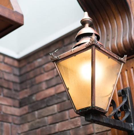 oneills-bar-restaurant-interior-vintage-lamp